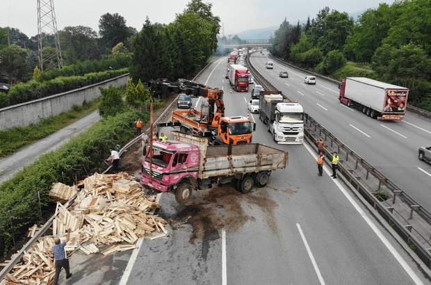 TEM'de 13 araç birbirine girdi, ortalık savaş alanına döndü: 5 yaralı 2 tır, 2 kamyon, 1 otobüs ve 8 otomobilin karıştığı kaza nedeniyle otoyol kilitlendi TEM Otoyolu İstanbul istikametinde oluşan uzun araç kuyruğu havadan görüntülendi