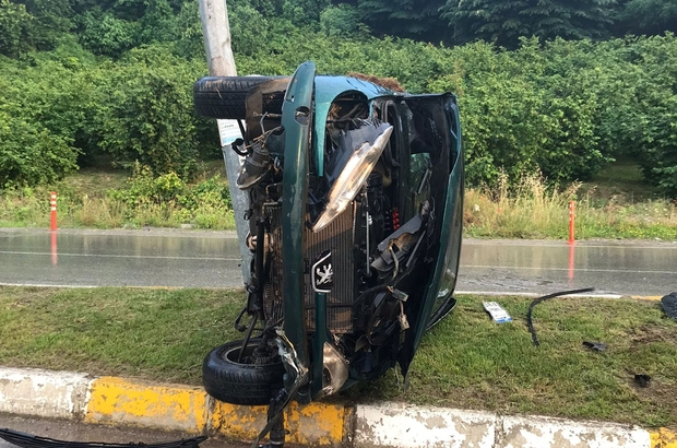 Refüje çarpan otomobil yan yattı: 2 yaralı