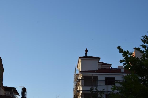 Çıktığı çatıdan kendi indi, arkadaşını çıkardı