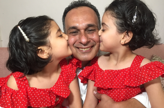 """Türk ve Suriyeli çocuklara baba oldu Adana'da 11 yıl önce evlenen ancak çocukları olmayan Sultan-Serkan Bayar çifti, koruyucu aile olarak annesini Suriye'deki savaşta kaybeden bir kız çocuğu ile ailesi tarafından yurda bırakılan Türk çocuğa evlerinin kapılarını açtı Kız çocuklarının pastayla Babalar Günü sürprizi yaptığı Serkan Bayar duygusal anlar yaşadı Serkan Bayar: """"Onların baba demeleri beni eritip bitiriyor"""" Sultan Bayar: """"Kızlar artık benim dünyam oldu. Daha önceleri eksiktim ama şu an onlar beni tamamladılar"""""""