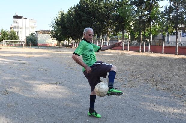 """Teselliyi futbolda buldu Mersin'de 25 yıl önce eşini kaybeden 81 yaşındaki Şaban Meteöz futboldan kopamıyor 10 yaşından bu yana top oynayan Şaban dede: """"Yalnız kalınca futbola daha çok sarıldım"""""""