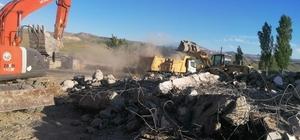 Diyadin'de vatandaşların güvenliği için metruk binalar yıkılıyor
