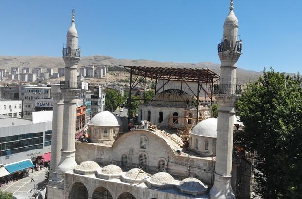 Malatya'da depremlere meydan okuyan tarihi camide restorasyon Depremde hasar gören Yeni Cami'nin bayrama yetişmesi için hummalı bir çalışma yürütülüyor