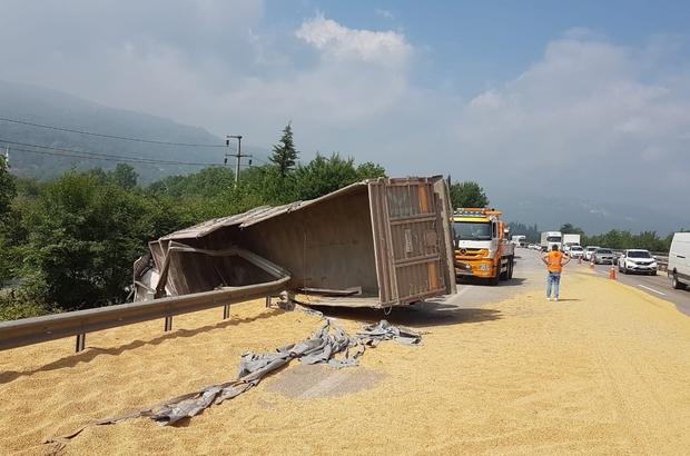 TEM Otoyolunda soya fasulyesi yüklü tır devrildi Yol soya fasulyesi ile kaplandı, kabinde sıkışan sürücü itfaiye ekiplerince kurtarıldı