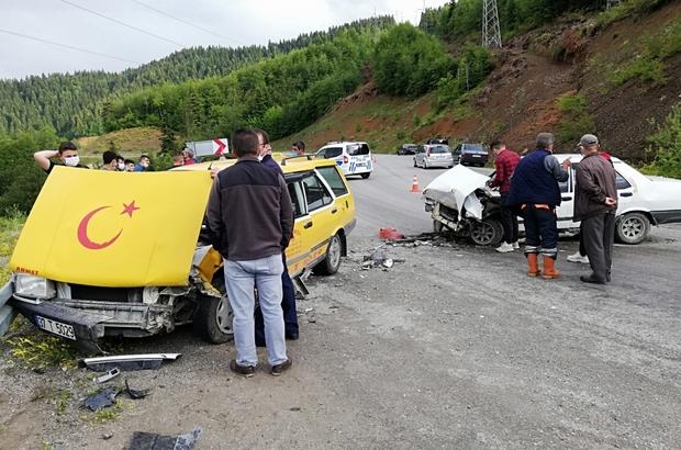 Ticari taksi ile otomobil kafa kafaya çarpıştı