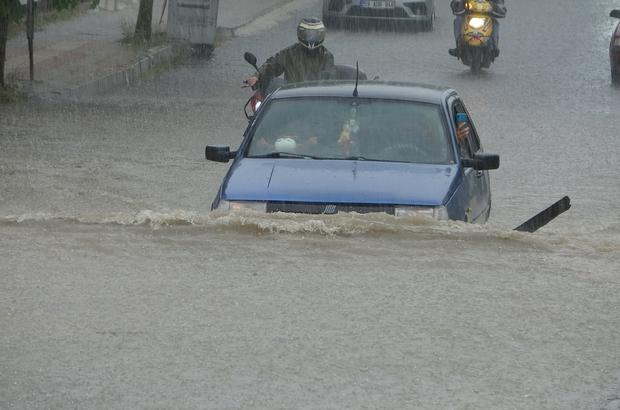Tekirdağ yağmura teslim oldu Caddeler suyla doldu, araçlar mahsur kaldı
