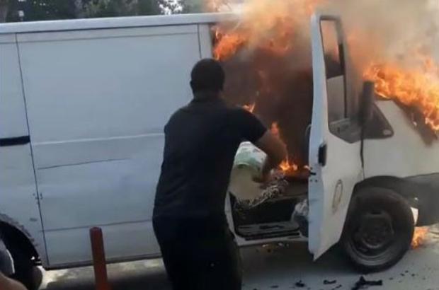 Alev alev yanan aracını kovayla söndürmeye çalıştı Alev alev yanan aracın ön kısmı küle döndü
