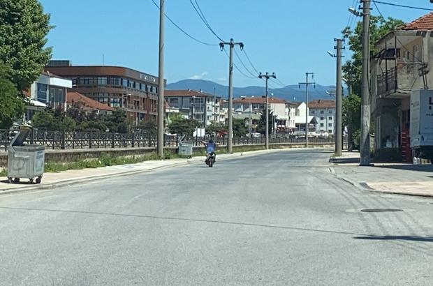 Düzce'de tehlikeli akrobasi Sokağın boş olduğunu görünce motosikleti yatarak kullandı