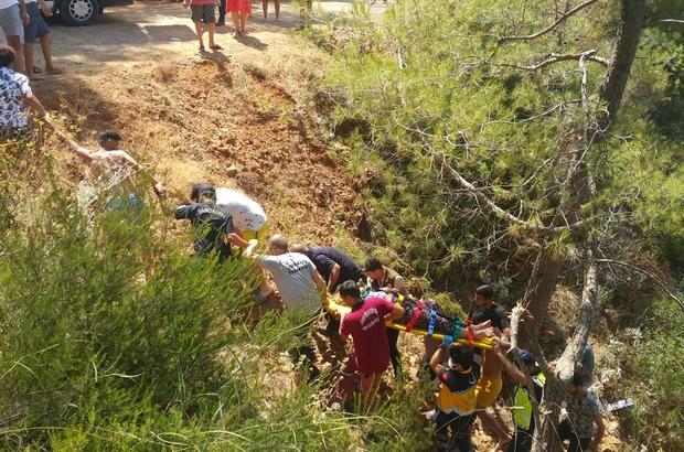 Uçuruma yuvarlanan araçtaki yaralılar insan zinciriyle yukarı çıkartıldı Sürücü yol vermek isterken uçuruma yuvarlanan otomobildeki 4 kişi yaralandı Onlarca insan 50 metrelik uçurumdan yaralıları çıkarmak için seferber oldu