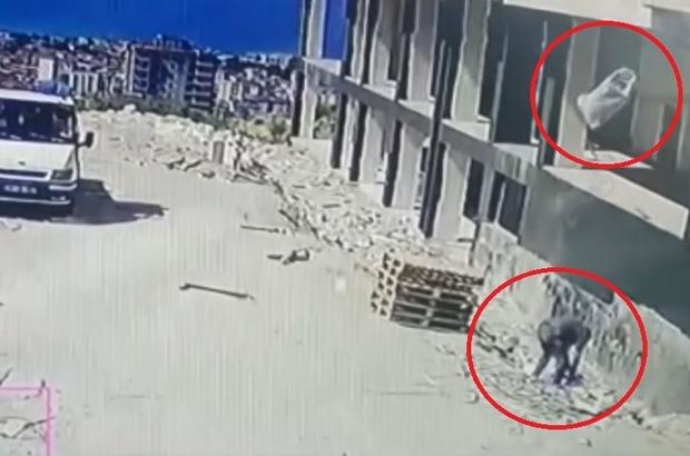 Üzerine 4. kattan atılan kum çuvalı düşen şahıs ağır yaralandı Kum çuvalının şahsın üzerine düşme anı güvenlik kamerası tarafından saniye saniye kaydedildi