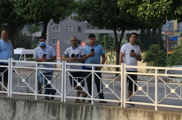 Sulama kanalında boğulan gencin cesedinin çıkarılmasını cep telefonlarıyla görüntülediler Adana'da eşyalarını bırakıp terliği çıkardıktan sonra sulama kanalına atlayan 20'li yaşlardaki kişi boğularak can verdi