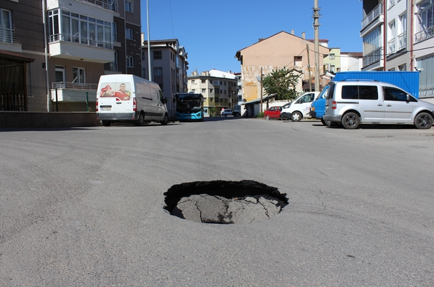 Yol çöktü, vatandaşın aldığı önlem gülümsetti Sivas'ta yolda meydana gelen çökmede çevrede bulunan bir vatandaş çukurun içerisine metal bir raf koyarak önlem aldı