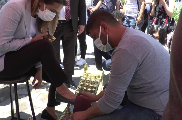 CHP 40 milletvekili ile Erzurum'da Genel Başkan Yardımcısı ve İstanbul Milletvekili Gamze Akkuş İlgezdi esnafı dinledi, seyyar satıcılardan alışveriş yapıp ayakkabı boyattı