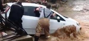 Ödemiş'i sağanak vurdu: Sel sularına kapılan bir araç kurtarıldı