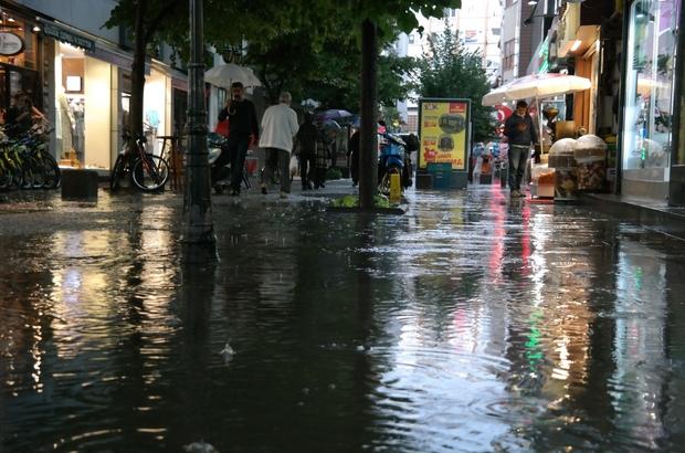 Eskişehir'de şiddetli yağış Meteorolojinin kuvvetli yağış uyarısı öğleden sonra gerçekleşti Öğlen saatlerine kadar 25 dereceye ulaşan sıcaklıklar ve açık gökyüzü, akşama doğru kısa sürede değişti