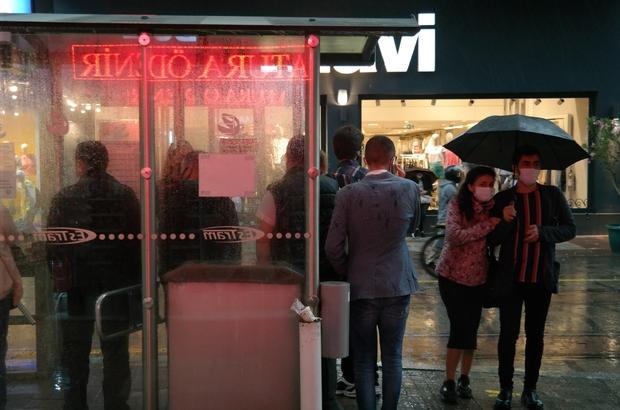 Yoğun yağış Eskişehir'de tramvay seferlerini durdurdu Yağmur sularının tramvay hattına sürüklediği büyük taş parçaları yolu kapattı Duraklara gelen bazı vatandaşlar geri dönmek zorunda kaldı, bazıları duran tramvay içinde bekledi