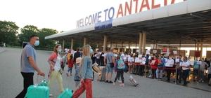 Turizm kenti Antalya'ya Rus turist akını başladı Kısıtlamaların kaldırılmasının ardından turizm kenti Antalya'ya Rus turistlerin ilgisi yoğun oldu Antalya Havalimanı'na THY'ye ait ilk Rus yolcu uçağı içinde 132 yolcuyla saat 05.40'ta indi