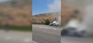 Sağlık ekipleri bu defa araç yangınını söndürdü Araç yangınına sağlık ekipleri yetişti Yanmak üzere olan aracı söndürme çalışmaları kameraya yansıdı