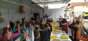 (ÖZEL) Öğrencilerin en mutlu anları 'Motivasyon Tırı'nda, streslerin doldurulduğu balon, hayallerin uçurulduğu uçak, engelli öğrencilerin kullanabileceği robotik oyuncak, pazıl ve motivasyon otobüsü kalemliği etkinlikleri gerçekleştirildi