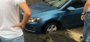Açık unutulan rögara düşen otomobil vatandaşların yardımıyla kurtarıldı