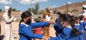 """Doğubayazıt'ta """"Etkinlikbüs'' ekibi öğrencilerle bir araya geldi"""
