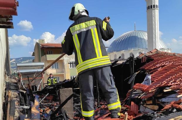 Söndü zannedilen mangal kıvılcımı evin çatısını yaktı Manisa'nın Selendi ilçesinde 2 katlı bir evin çatısında söndüğü zannedilen mangal kömürünün kıvılcımından çıkan yangın paniğe neden oldu