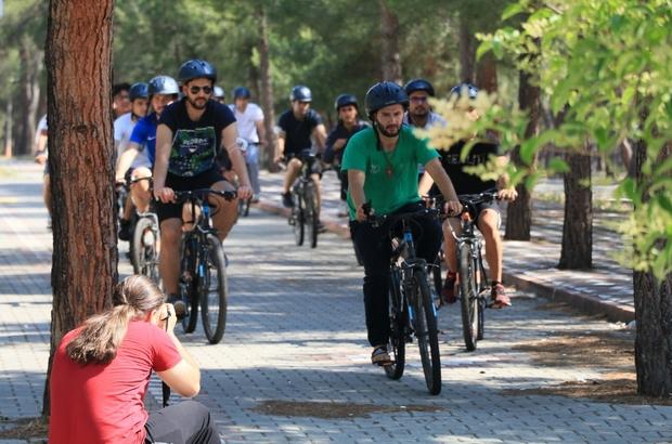 Gençlik kampları coşkuyla başladı Türkiye'nin her yerinden gençler Manisa'da kampa katılıyor Yeni arkadaşlıklar edinen gençler bir yandan spor yaparken bir yandan da sosyal ve kültürel etkinliklerle arkadaşlıklarını pekiştiriyor