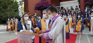 Muğla'dan sağlık ordusuna 126 taze kan Muğla Sıtkı Koçman Üniversitesi (MSKÜ) Fethiye Sağlık Bilimleri Fakültesinden mezun olan 126 hemşire diplomalarını alarak sağlık ordusuna katıldılar.