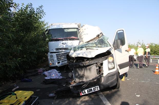 Elazığ'da düğün yolunda feci kaza: 3 ölü, 10 yaralı Minibüsün,  park halindeki kamyona çarpması sonucu meydana gelen kazada,  3 kişi öldü, 10 kişi yaralandı.