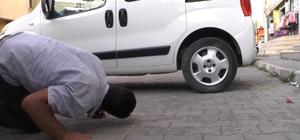 Yılanı deliğinden çıkarmak için yapmadıkları kalmadı Otomobile giren yılanı vatandaşlar çıkardı
