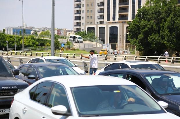 Madde bağımlısı sürücüleri bıçakla gasp etmeye kalkıştı Adana'da trafik ışıklarında uçucu madde çekip sürücüleri elindeki bıçakla tehdit edip para almaya çalışan şahıs olay yerine polisin gelmesiyle kaçtı