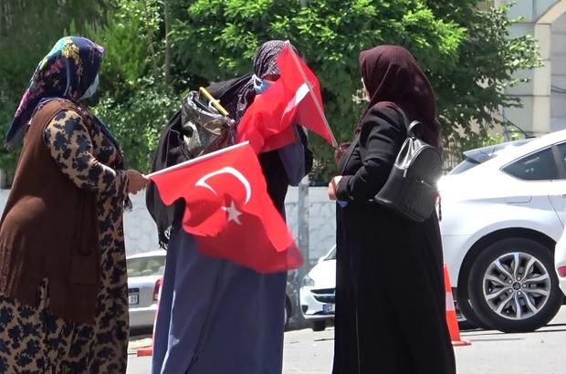 Evlat nöbetine katılan anne Türk Bayrağını görünce sarılarak öptü