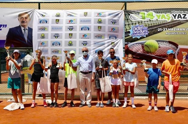 Tenisçiler ödüllünü Başkan Atabay'ın elinden aldı