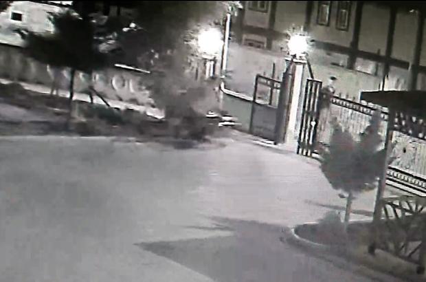Motosiklet hırsızları güvenlik kamerasında Motosikletlerin çalınma anı güvenlik kamerasına yansırken, yakalanan bir kişi tutuklandı