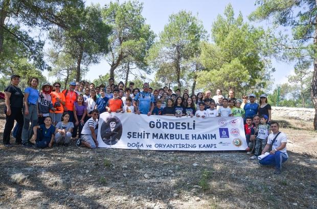 Pandemi sonrası Türkiye'nin ilk 'Doğa ve oryantiring' kampı Manisa'da yapıldı Manisa'nın Gördes ilçesinde milli mücadele kahramanı Gördesli Şehit Makbule Hanım adına gerçekleştirilen ve 6 gün süren doğa ve oryantiring kampına 80 öğrenci katıldı Bir yandan oryantiring sporu yapan çocuklar doğayı da yakından tanıma fırsatı bularak gelişimlerine katkı sağladı
