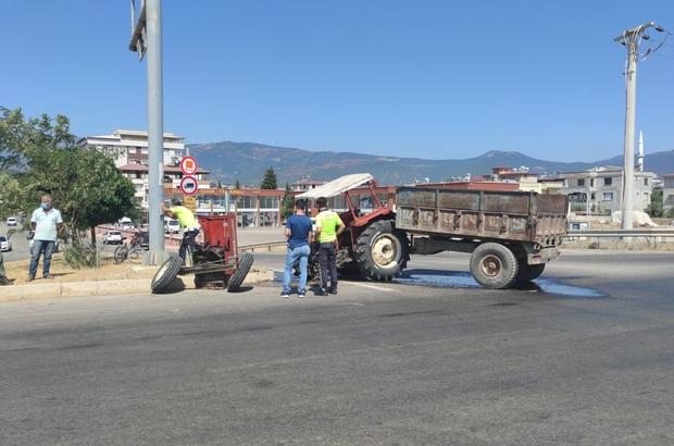 Otomobille çarpışan traktör ikiye bölündü: 4 yaralı