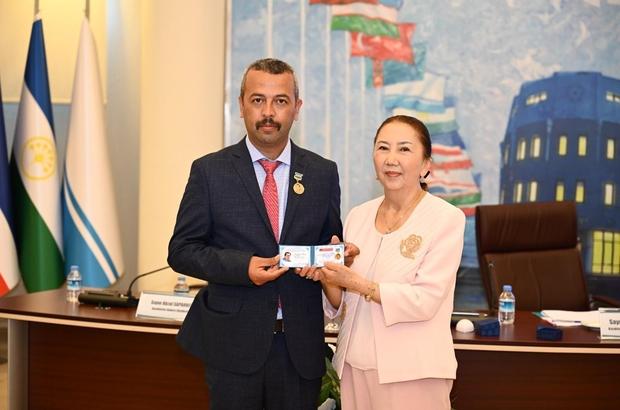 Kenan Çarboğa'ya Uluslararası ödül Şair Kenan Çarboğa'ya edebiyat ve Türk Dünyası alanında yaptığı çalışmalarından dolayı ödül ve madalya verildi