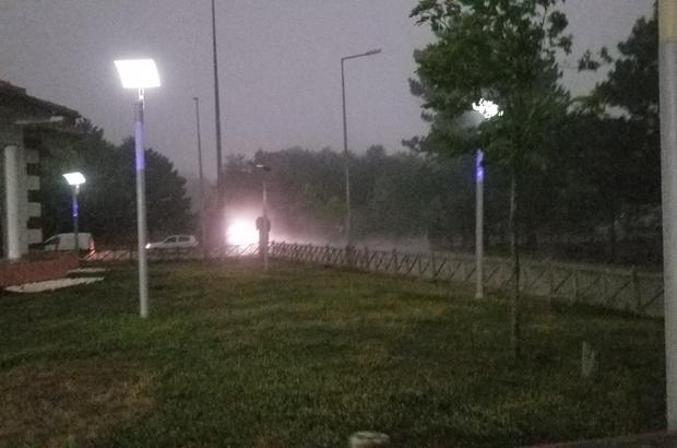 Manisa gündüz vakti geceyi yaşadı Yaklaşık 40 derece sıcaklığın etkili olduğu Manisa'da birden gelen kara bulutlar ve sağanak yağış gündüzü geceye çevirdi Kararan bulutlar yüzünden sokak aydınlatmaları yanarken araç sürücüleri arabalarının farlarını yaktı
