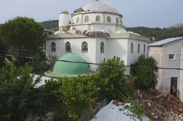 İzmir'de sağanak yağış ve fırtına ortalığı savaş alanına çevirdi Cami minaresi yıkıldı, evlerin çatısı uçtu, ağaçlar devrildi