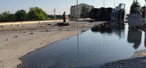 Motorin dolu tanker devrildi, yol adeta göle döndü Konya'nın Kulu ilçesinde motorin dolu tankerin Konya Ankara karayolunda devrilmesi bir akaryakıt istasyonunun güvenlik kamerasına yansıdı