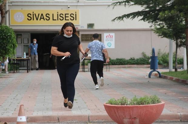 AYT sınavında son dakika koşusu Sivas'ta öğrenciler YKS'nin ikinci oturumuna yetişmeye çalışırken maraton koşucularını aratmadı