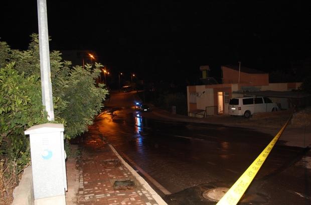 Patlayan su borusu yolu trafiğe kapattı Trafik ekipleri yolda oluşacak çökmeye karşı şerit çekerek yolu trafiğe kapattı