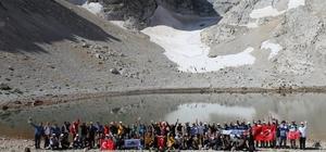 Doğaseverler yürüyüş etkinliğinde buluştu Türkiye'nin birçok yerinden doğaseverlerin katılımıyla gerçekleştirilen yürüyüş, çeşitli etkinliklerle festival havasına bürünürken, katılımcılar güzergahtaki eşsiz tabiatla iç içe 2 gün geçirmenin keyfini çıkardı