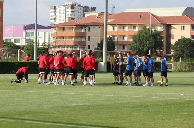 """Kayserispor top başı yaptı Kayserispor Teknik Direktörü Yalçın Koşukavak: """"Kayserispor gibi Süper Lig'in kemik takımına burada iyi seviyelerde mücadele etmek yakışıyor"""" """"Nasıl bir yol gideceğimizi şartlarımıza göre bakıp değerlendireceğiz"""" Kayserispor Başkanı Berna Gözbaşı: """"Hem Doğan'a hem de Emre'ye ilgi büyük"""" """"Transfer tahtası açılacak, başka çaresi yok"""""""