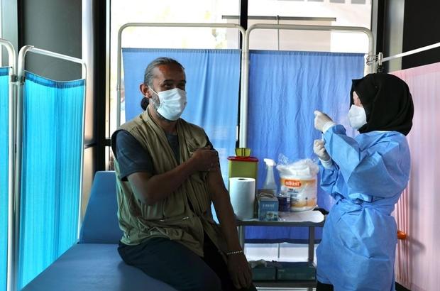 """Habere giden gazeteciler aşı merkezinde aşı oldu Düzce'de şehir merkezinde covid-19 aşılama merkezi açıldı Gazeteciler, """"Aşı merkezi açılışını haberleştirirken, aşı olduk"""""""