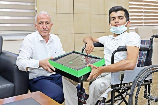 Başkan Gültak, engelli öğrenci Barış'a bilgisayar hediye etti
