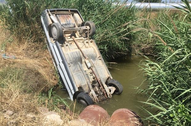 Kanala düşen otomobilden burnu bile kanamadan kurtuldu Manisa'nın Alaşehir ilçesinde sulama kanalına takla atarak burun üstü saplanan otomobilin sürücüsü kazayı yara almadan atlatırken kendi imkanlarıyla kanaldan çıkmayı başardı
