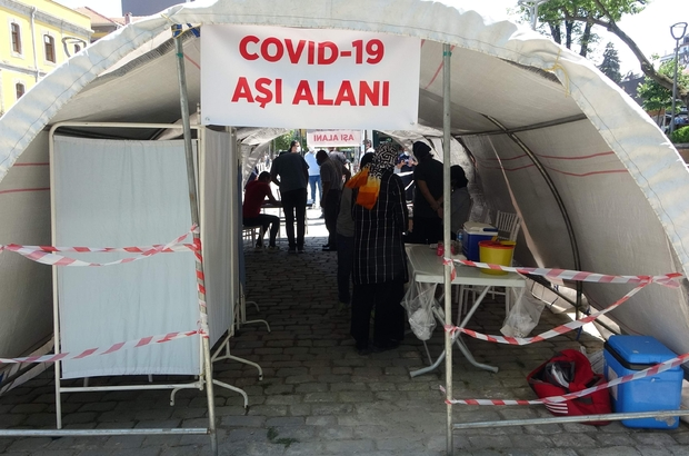"""Vali Ustaoğlu'ndan Trabzonlular'a """"Kollarımızı sıvayalım, aşımızı olalım"""" çağrısı Trabzon şehir merkezine kurulan çadırda aşı hizmeti veriliyor Trabzon Valisi İsmail Ustaoğlu: """"60 yaş ve üzeri aşılamada yüzde 80'leri geçtik; 18 yaş ve üzeri aşılamada ise yüzde 30'lardayız; Bunu artırmamız lazım"""""""