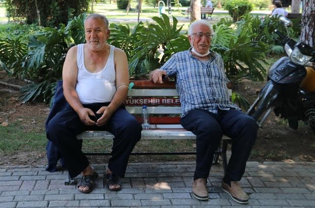 Adana'da termometreler 41 dereceyi gösterdi Sıcaktan bunalan vatandaşlar gölgede atletle oturdu