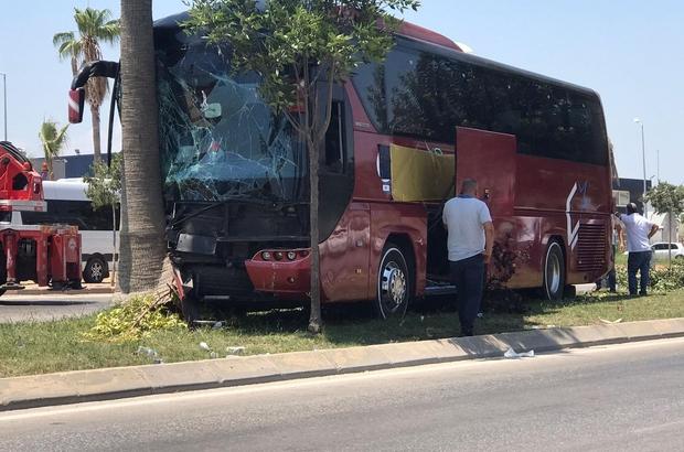 Refüjdeki ağaca çarpan yolcu otobüsünün sürücüsü öldü